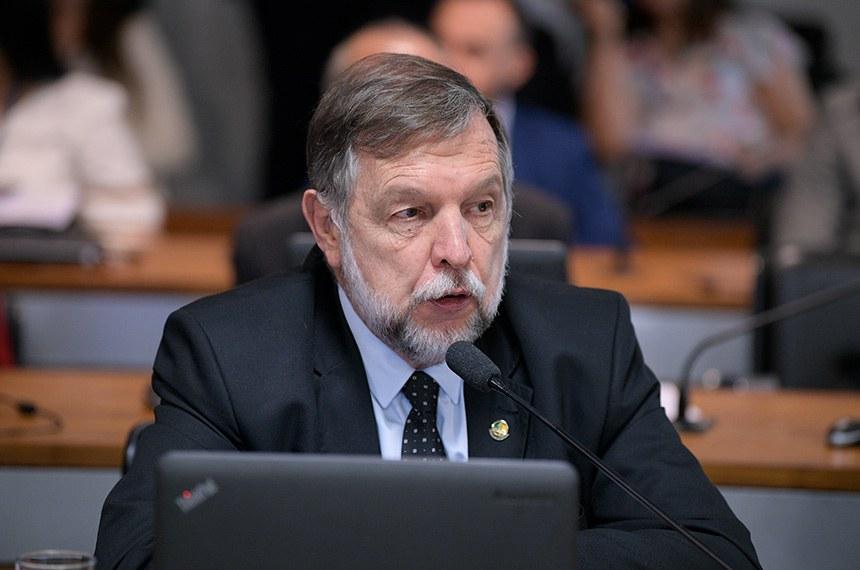 Comissão de Assuntos Sociais (CAS) realiza reunião para apreciação do relatório de avaliação da política pública.  Em pronunciamento, à bancada, senador Flávio Arns (Rede-PR).  Foto: Pedro França/Agência Senado