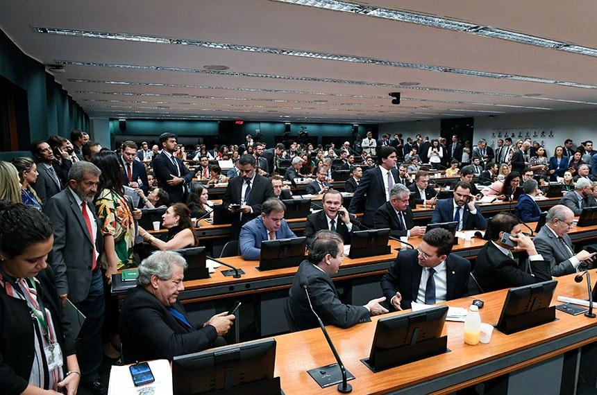Comissão Mista de Planos, Orçamentos Públicos e Fiscalização (CMO) realiza reunião deliberativa.   Na pauta, PLN 2/2020, que promove alterações na Lei Orçamentária Anual (LOA), o PLN 3/2020, que abre crédito de R$ 6,5 milhões para o Ministério da Saúde, e o PLN 4/2020, que trata da regulamentação do orçamento impositivo.  Parlamentares à bancada acompanham a reunião.   Participam: senador Wellington Fagundes (PL-MT);  senador Angelo Coronel (PSD-BA); senador Luiz do Carmo (MDB-GO).  Foto: Roque de Sá/Agência Senado