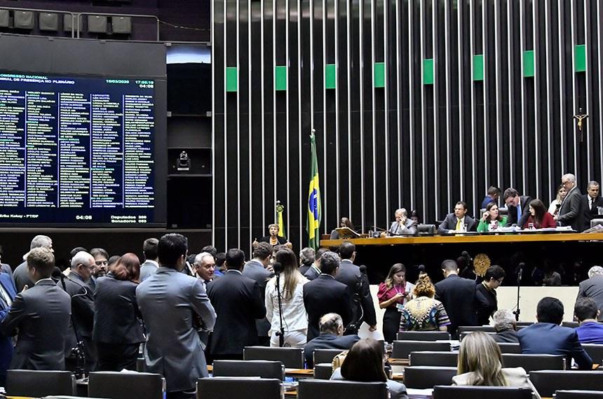 Plenário da Câmara dos Deputados durante sessão conjunta do Congresso Nacional destinada à deliberação dos Vetos nºs 55 a 62 de 2019 e 1 e 2 de 2020 e dos Projetos de Lei do Congresso Nacional nºs 4, 2 e 3 de 2020.   À mesa, primeira secretária da Mesa da Câmara dos Deputados, deputada Soraya Santos (PL-RJ), conduz sessão.   Foto: Waldemir Barreto/Agência Senado