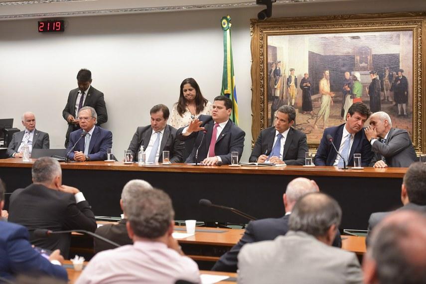 Davi (C) comanda reunião com Guedes (2º à esq.), Maia, Campos Neto e Mandetta