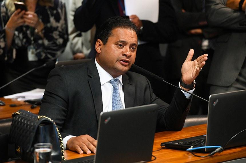 Comissão Mista da Medida Provisória n° 898, de 2019, que cria a 13ª parcela para beneficiários do Bolsa Família, realiza reunião para apreciação de relatório.  Em pronunciamento, à bancada, senador Weverton (PDT-MA).  Foto: Marcos Oliveira/Agência Senado