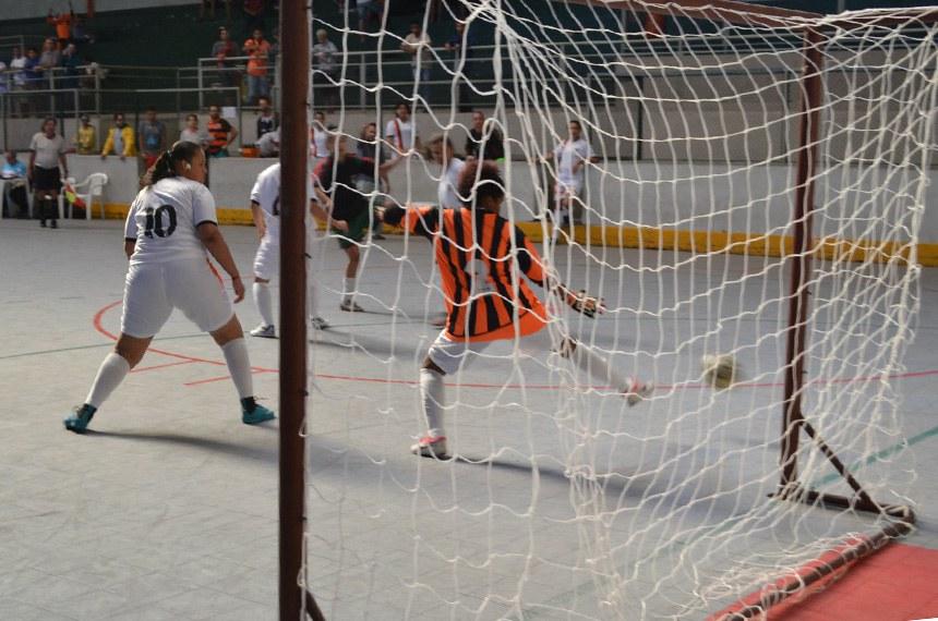 Mulheres surdas jogam futsal em competição da Federação Mineira Desportiva dos Surdos, em Contagem (MG): esportistas surdos não fazem parte das Olimpíadas ou das Paralimpíadas