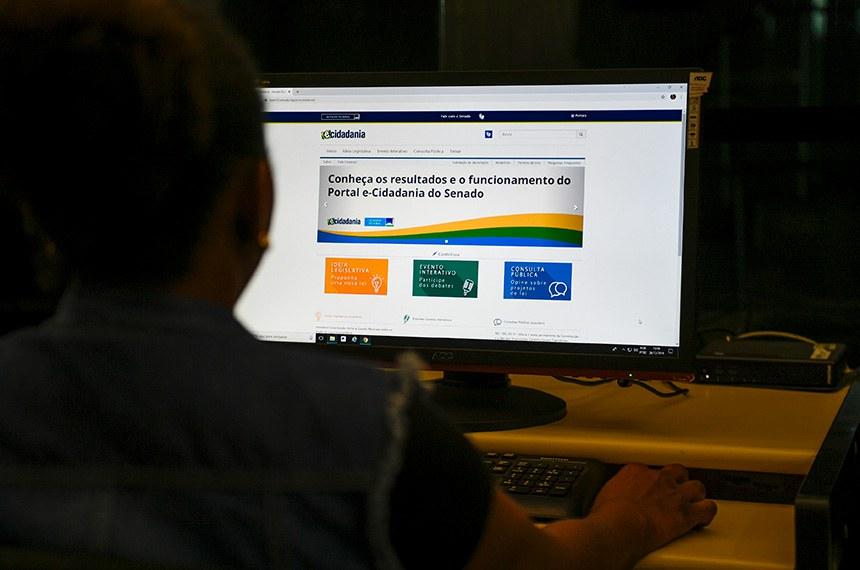 Cidadãos podem usar a internet para sugerir projetos de lei do Senado Federal por meio do e-Cidadania.   Foto: Roque de Sá/Agência Senado