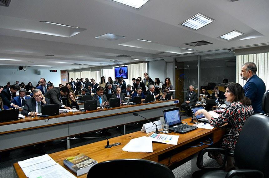 Comissão de Constituição, Justiça e Cidadania (CCJ) realiza reunião com 16 itens. Entre eles, a PEC 76/2019, inclui as polícias científicas no rol dos órgãos de segurança pública.  À mesa, presidente da CCJ, senadora Simone Tebet (MDB-MS).  Bancada: senador Luis Carlos Heinze (PP-RS); senadora Daniella Ribeiro (PP-PB); senador Nelsinho Trad (PSD-MS);  senador Antonio Anastasia (PSDB-MG);  senador Alessandro Vieira (Cidadania-SE);  senador Otto Alencar (PSD-BA).   Foto: Geraldo Magela/Agência Senado