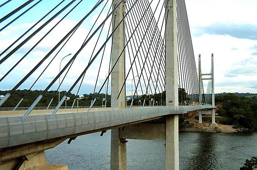 Oiapoque - O governo do Amapá espera poder inaugurar a ponte que liga a cidade de Oiapoque, no norte do estado, a St. Georges, na Guiana Francesa.