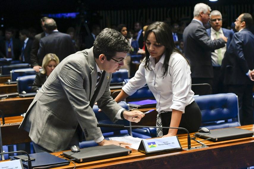 Plenário do Senado Federal durante sessão deliberativa ordinária. Ordem do dia.  Em destaque: senador Randolfe Rodrigues (Rede-AP); senadora Eliziane Gama (PPS-MA).  Foto: Roque de Sá/Agência Senado