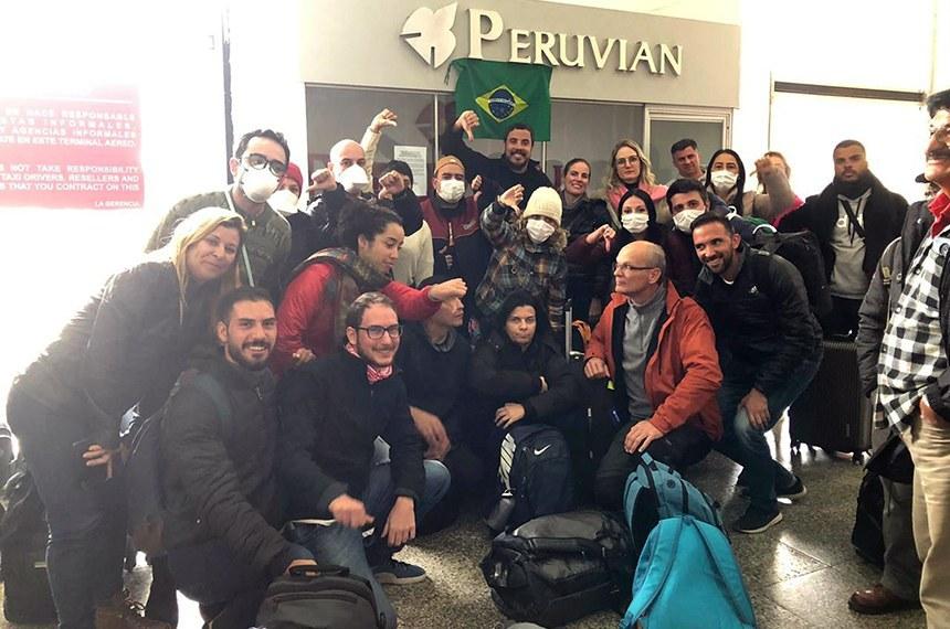 Turistas em frente a loja de companhia aérea em Lima: brasileiros ficaram retidos no Peru quando país vizinho fechou as suas fronteiras para conter o avanço do coronavírus