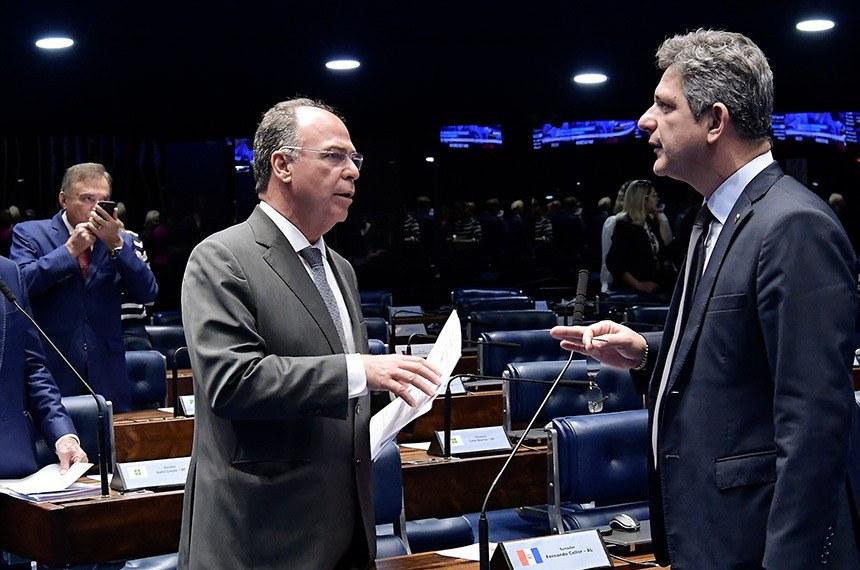 """Líder do governo, Fernando Bezerra Coelho afirma que é preciso assegurar renda e preservar emprego. Já o líder do PT, Rogério Carvalho, classifica a MP como """"crueldade"""" com o trabalhador"""