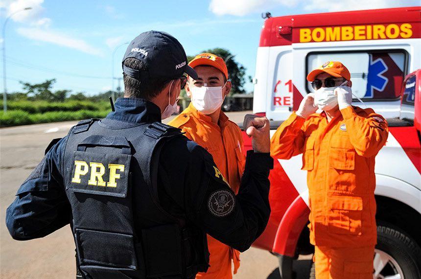 Agente da PRF e bombeiros durante barreira: MP restringe ao governo federal a competência para limitação de circulação interestadual e intermunicipal de pessoas e mercadorias