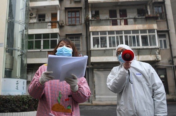 Wuhan 08 02 2020 Os trabalhadores comunitários verificam as informações dos residentes no distrito de Jiangan, em Wuhan, província de Hubei, na China Central Wuhan, o epicentro do novo surto de coronavírus, está vasculhando as comunidades para garantir que todos os pacientes confirmados ou suspeitos sejam localizados e atendidos.Foto Governo da China