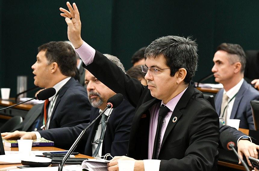 Randolfe Rodrigues chegou a apresentar um relatório, que foi aprovado na comissão mista da MP