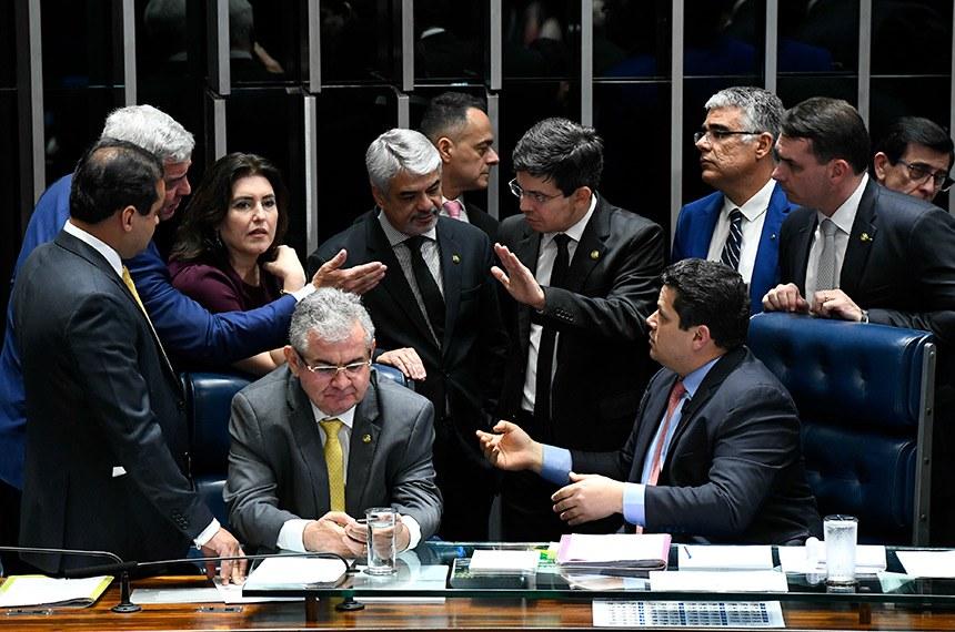 Plenário do Senado Federal durante sessão deliberativa ordinária. Ordem do dia.  Mesa: senador Angelo Coronel (PSD-BA); senador Humberto Costa (PT-PE); senador Major Olimpio (PSL-SP); senadora Simone Tebet (MDB-MS);  senador Flávio Bolsonaro (PSL-RJ);presidente do Senado, senador Davi Alcolumbre (DEM-AP); senador Humberto Costa (PT-PE).  Foto: Marcos Oliveira/Agência Senado