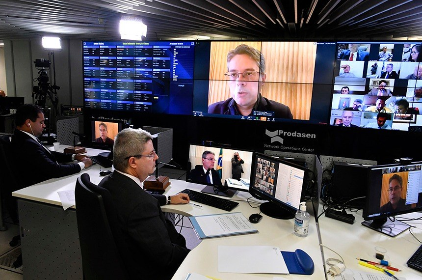 Alesandro Vieira (na tela) foi o relator da proposta, aprovada em sessão remota presidida por Antonio Anastasia (C)