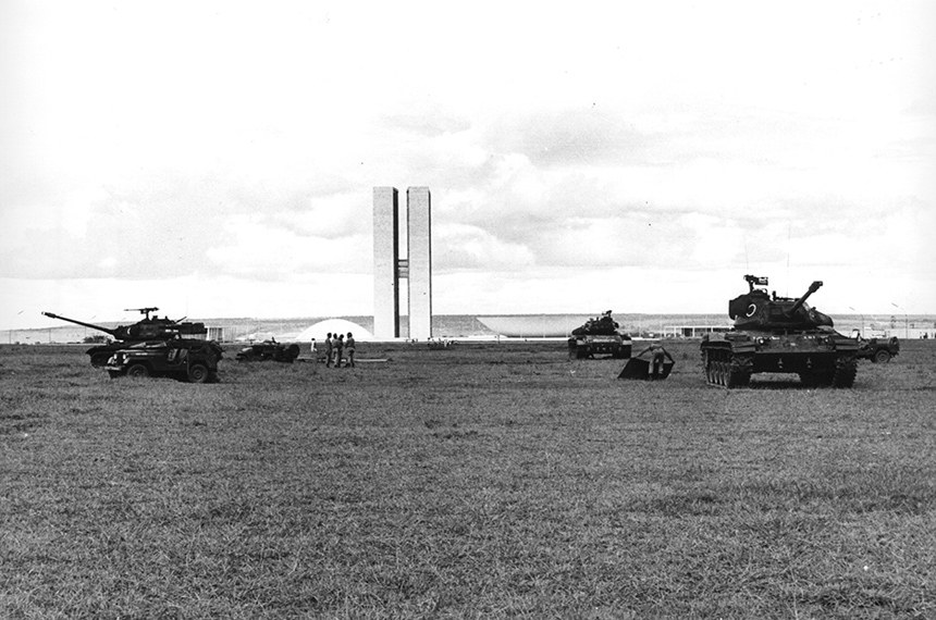 Tanques em frente ao Congresso Nacional (1964 ) Foto Arquivo Público do DF