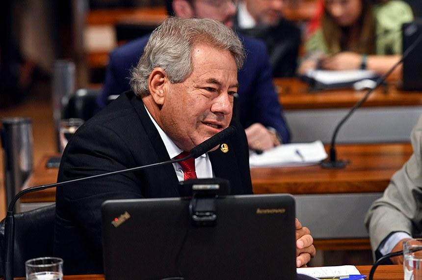 Comissão de Assuntos Econômicos (CAE) realiza reunião deliberativa com 13 itens. Entre eles, o PLS 527/2018, que assegura que o Poder Executivo não será responsabilizado se as despesas com pessoal de outro Poder ultrapassarem os limites definidos pela Lei de Responsabilidade Fiscal.  À bancada, senador Luiz do Carmo (MDB-GO), em pronunciamento.  Foto: Edilson Rodrigues/Agência Senado