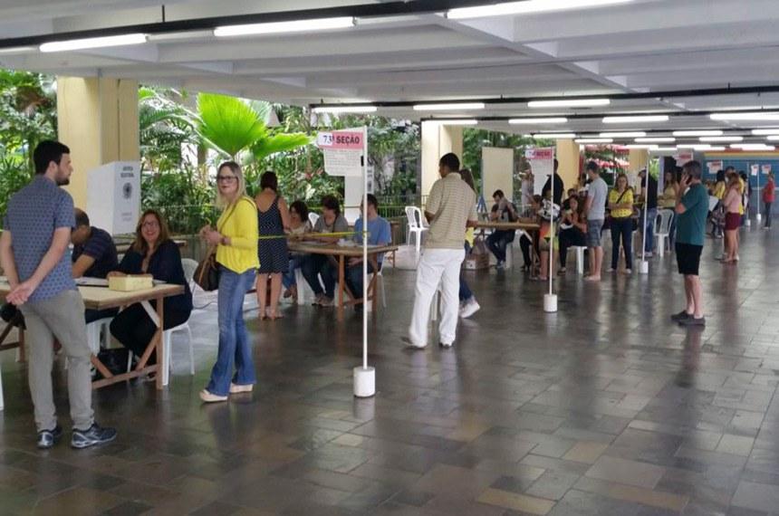 Recife - Locais de votação no Recife amanheceram hoje (02) repletos de panfletos e santinhos de candidatos (SumaiaVillela/Agência Brasil)