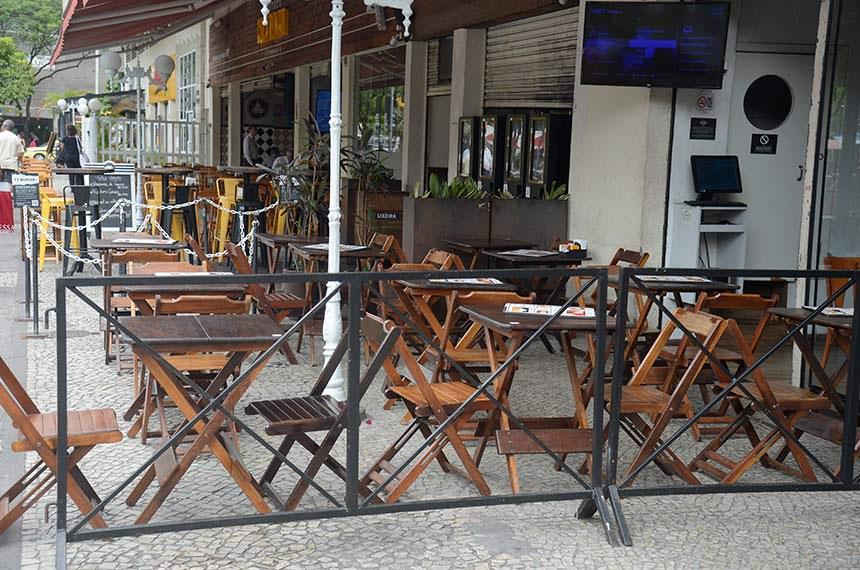 Bar vazio no Rio de Janeiro: governo oferece crédito para empresas não demitirem durante a crise