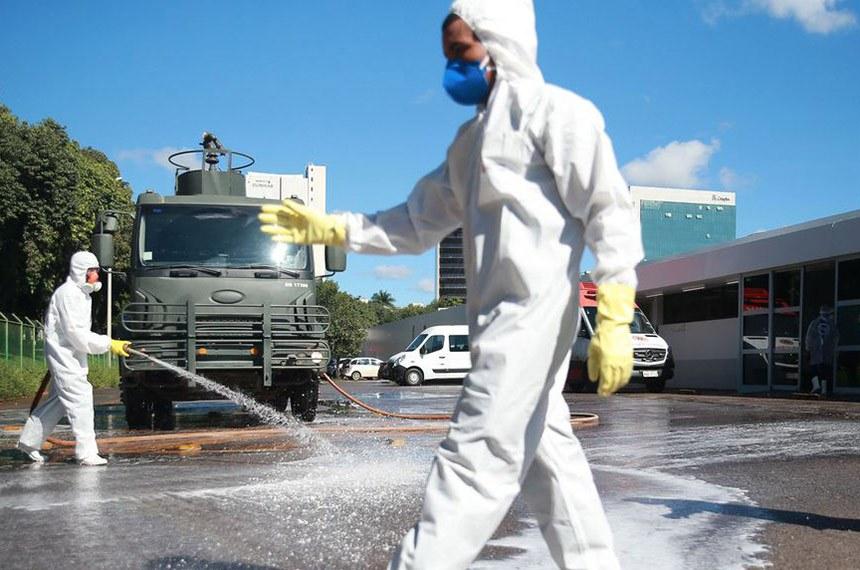Brasilia 31 03 2020 Forças Armadas promovem ação de desinfecção no Hospital Regional da Asa Norte (HRAN), uma das medidas adotadas para prevenir a contaminação pelo novo coronavírus foto Marcello Casal JrAg.Brasil