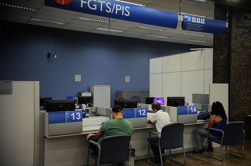 Rio de Janeiro - As agências da Caixa Econômica Federal antecipam em duas horas o atendimento aos clientes devido aos saques das contas inativas do Fundo de Garantia do Tempo de Serviço (Tomaz Silva/Agência Brasil)