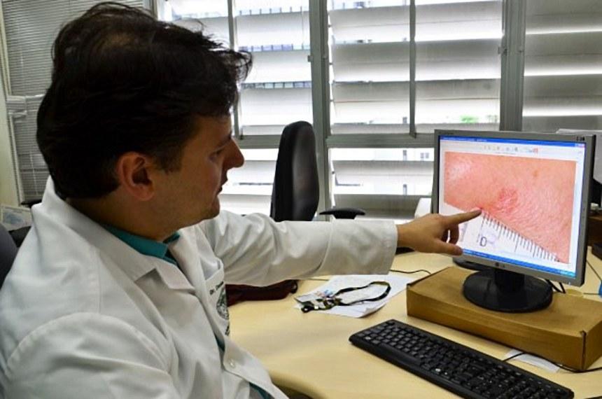 Sistema de Telemedicina e Telessaúde é ampliado em Santa Catarina Sistema permite a realização de exames à distância de forma rápida e sem filas.  A Telemedicina permite a realização de exames de eletrocardiograma e dermatologia à distância de forma rápida e sem fila. Os laudos da radiologia são dados à distância e o arquivamento dos exames é online. Estão sendo introduzidas a tele-espirometria, exame pulmonar realizado de forma simples e importante para o diagnóstico de doenças, e a tele-eletroencefalografia. Esta última registra e analisa a atividade elétrica cerebral por meio de eletrodos colocados na cabeça do paciente.