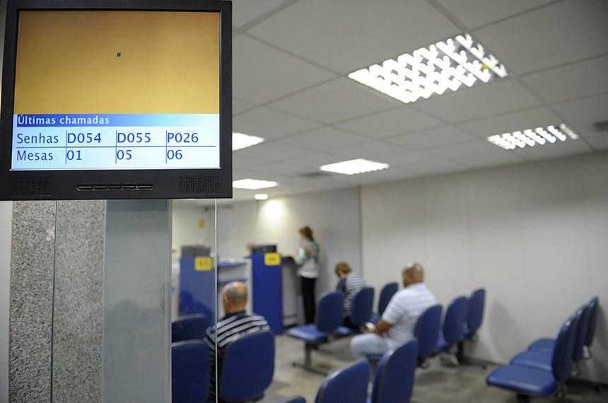 Clientes durante atendimento na Agência do Banco do Brasil no Senado Federal.