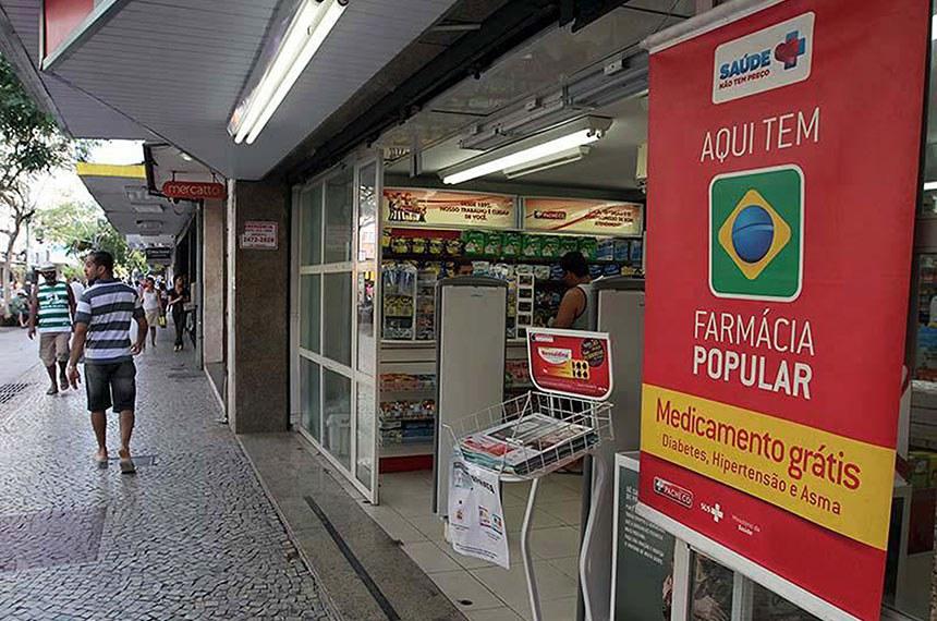 Farmácia Popular do Brasil  É uma rede de 34.682 de farmácias conveniadas, ou seja, cerca de 50% das existentes em todo o País. O Programa Farmácia Popular do Brasil foi criado com o objetivo de oferecer mais uma alternativa de acesso da população aos medicamentos considerados essenciais. O Programa cumpre uma das principais diretrizes da Política Nacional de Assistência Farmacêutica.