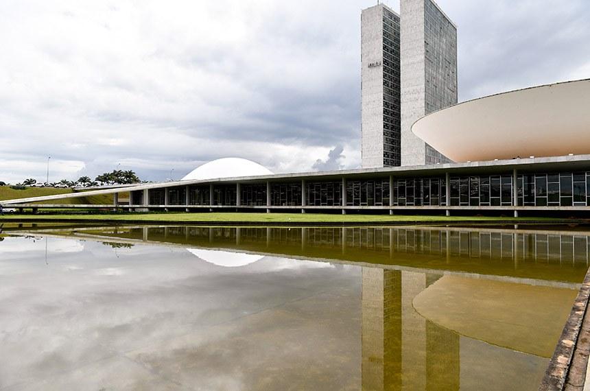 Fachada do Congresso Nacional, sede das duas Casas do Poder Legislativo brasileiro. Obra do arquiteto Oscar Niemeyer.   As cúpulas abrigam os plenários da Câmara dos Deputados (côncava) e do Senado Federal (convexa), enquanto que nas duas torres - as mais altas de Brasília, com 100 metros - funcionam as áreas administrativas e técnicas que dão suporte ao trabalho legislativo diário das duas instituições.   Foto: Geraldo Magela/Agência Senado