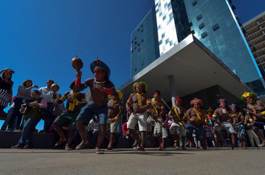 Indígenas dançam em frente ao prédio da Funai, na inauguração da nova sede do órgão no final de 2018