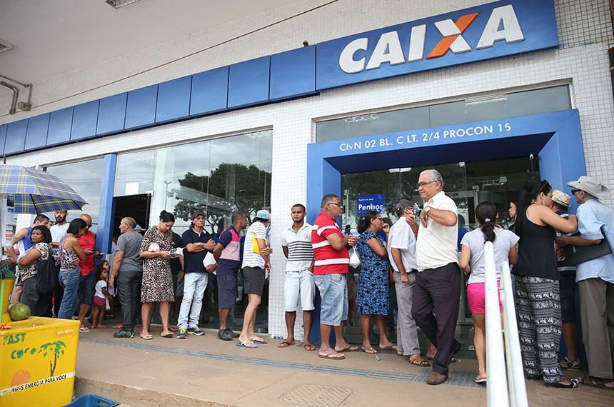 Brasília - Pessoas enfrentam filas no primeiro dia de saque do FGTS de contas inativas.  Antonio Cruz/Agência Brasil