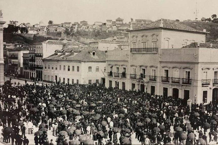 Multidão se reúne em frente ao palácio do governo, no Rio, em 1888, para saudar a princesa Isabel