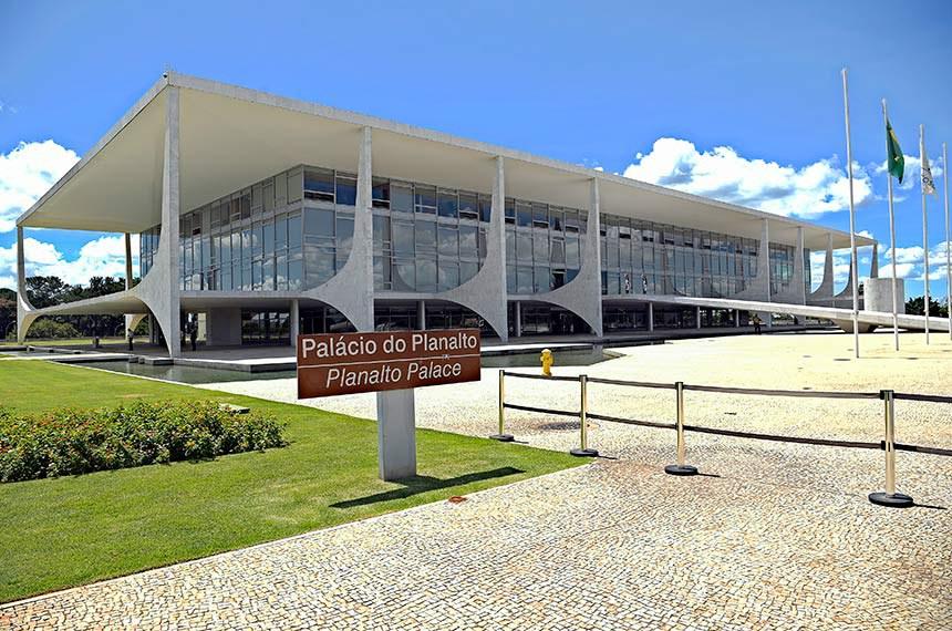 Fachada do Palácio do Planalto, local de trabalho da presidência do Brasil. É onde está situado o gabinete do presidente da República. O prédio também abriga a Casa Civil, a Secretaria-Geral e o Gabinete de Segurança Institucional da Presidência da República.   Concebido pelo arquiteto Oscar Niemeyer com projeto estrutural do engenheiro Joaquim Cardozo, é a sede do poder executivo do Governo Federal brasileiro. Localizado na Praça dos Três Poderes em Brasília, o Palácio do Planalto faz parte do projeto do Plano Piloto e foi um dos primeiros edifícios construídos na capital.  Foto: Pedro França/Agência Senado