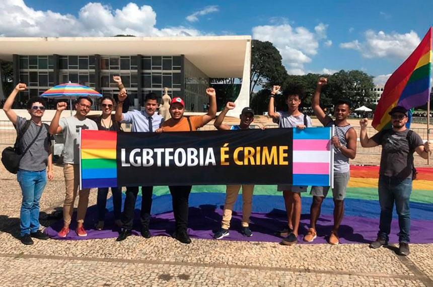 Homofobia é crime, decide STF  Nessa quinta (23), a comunidade LGBTI conseguiu uma importante vitória no Judiciário. Seis dos 11 ministros do Supremo Tribunal Federal (STF) decidiram que as ofensas e agressões contra homossexuais e transexuais serão tratadas como crime previsto na lei contra racismo.
