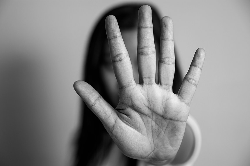 Woman raised her hand for dissuade.   Assédio moral e sexual.