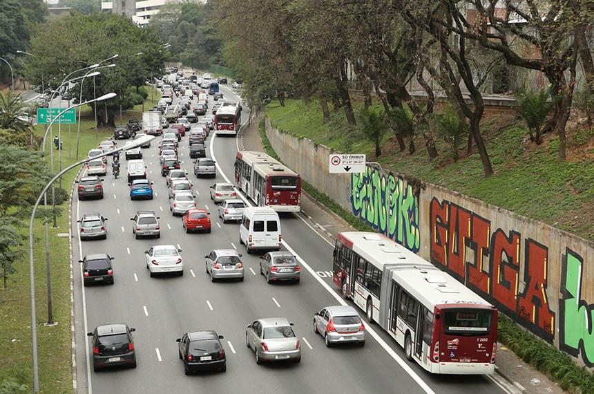 05/08/2013 11h08 Faixa exclusiva para ônibus na avenida 23 de maio inicia operação nesta segunda. Mais de 10 quilômetros de faixas exclusivas de ônibus entraram em operação no Corredor Norte-Sul, incluindo trecho da avenida 23 de maio. Terceiro trecho será implementado na próxima segunda-feira (12/08/13.)