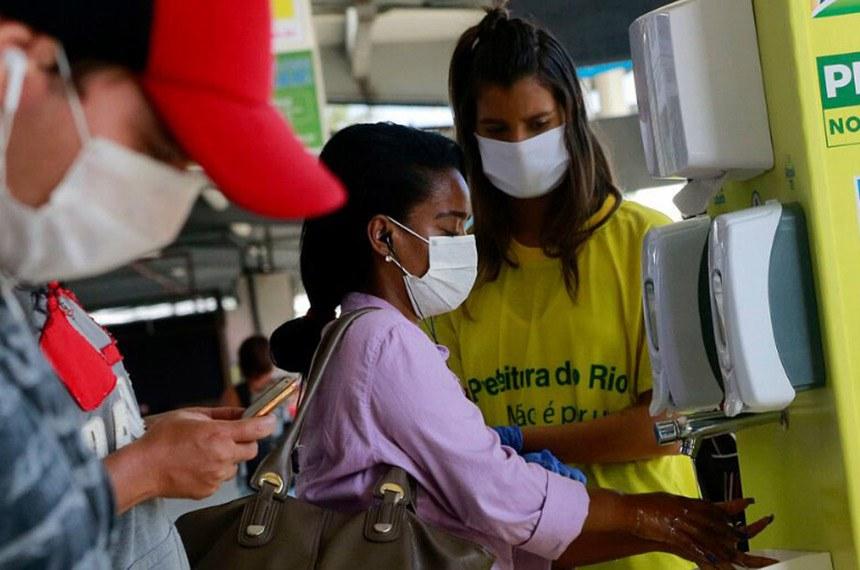 Rio De janeiro RJ 24 04 2020 Uso obrigatório de mascaras , com o apoio da Ordem Publica, está realizando nesta manhã (24) a distribuição de máscaras para passageiros que utilizam o Terminal do BRTRio de Santa Cruz. foto PMRJ