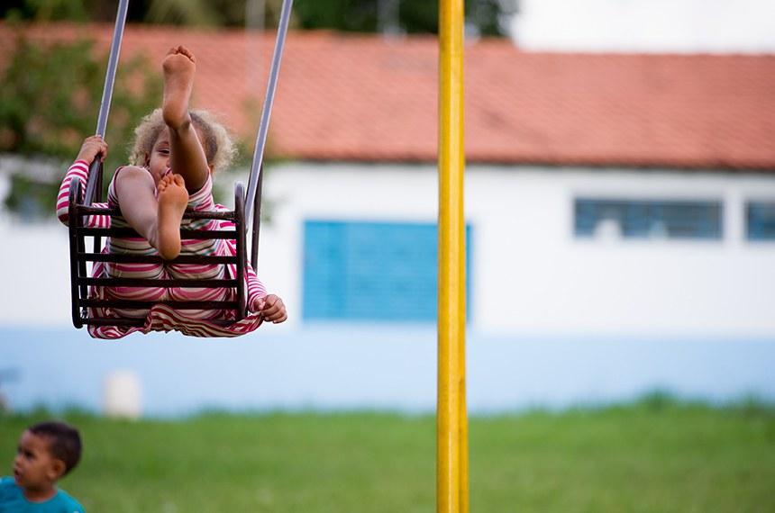 Criança do abrigo Abrigo Nosso Lar - Sociedade Cristã Maria de Jesus brinca em balanço na área externa do abrigo.  O abrigo é para menores socialmente abandonados que acolhe crianças entre 0 e 3 anos, enviadas pela vara da Infância e Juventude de Brasília.Nosso Lar tem capacidade máxima para setenta institucionalizados com faixa etária de 2 aos 3 anos e está localizado no SAIS, Lote C, Núcleo Bandeirante -  CEP: 71.737-000  FONES: 3301.1120/3301.3244 FAX: 3301.3244