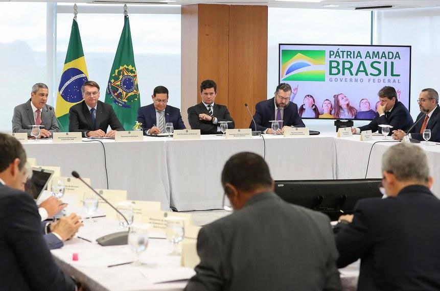 O presidente da República, Jair Bolsonaro, e ministros (incluindo Sergio Moro, que então chefiava a pasta da Justiça) durante reunião de 22 de abril