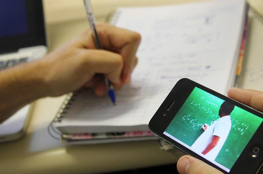 O Ministério da Educação (MEC) anunciou que vai publicar portaria autorizando as escolas a substituir aulas presenciais da educação básica pela modalidade a distância