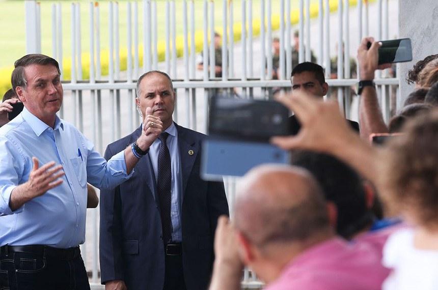 O presidente Jair Bolsonaro cumprimenta turistas no Alvorada