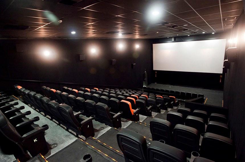 As salas de cinema arteplex que o Adhemar Oliveira abre em Brasília até o dia 29 de novembro, no shopping CasaPark, será a primeira do seu grupo Espaço Unibanco a adotar a nova bandeira da operadora, que passa a chamar-se Espaço Itaú de Cinema.