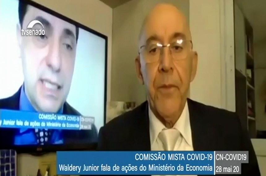 Presidente da comissão, o senador Confúcio Moura (D) ouve o secretário Waldery Rodrigues Júnior em reunião remota