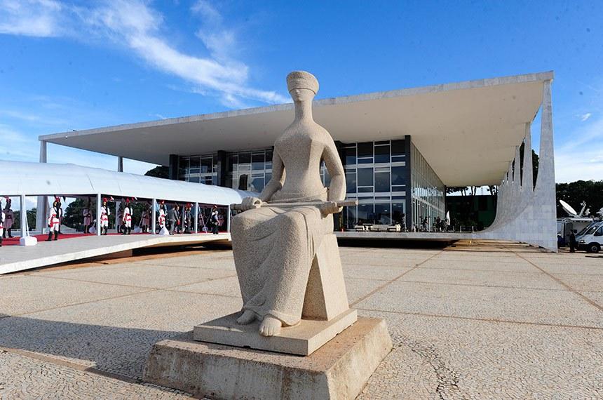 Estátua a Justiça, escultura localizada em frente ao prédio do Supremo Tribunal Federal.   Foto: Jonas Pereira/Agência Senado