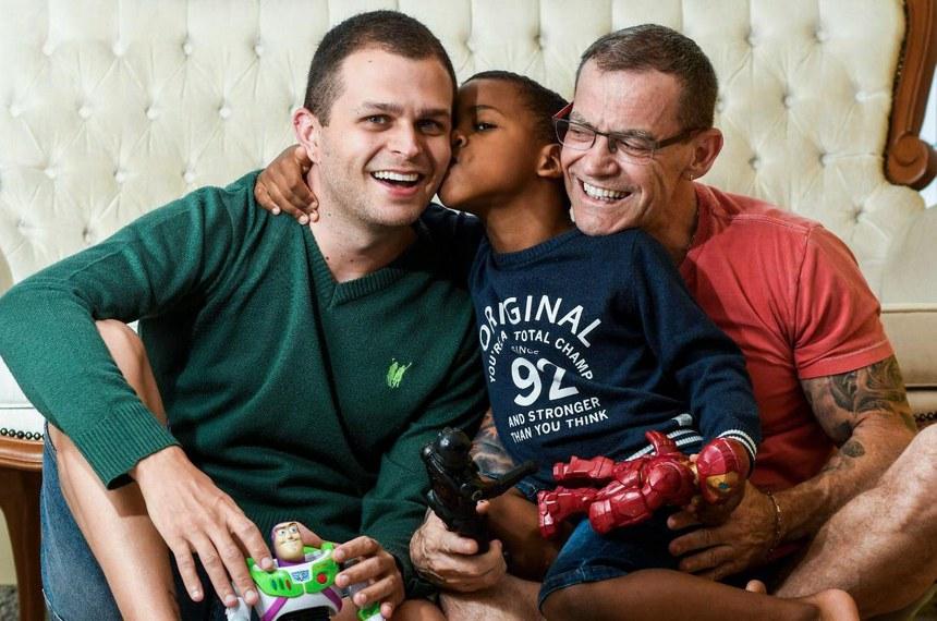 Senador Fabiano Contarato (Rede-ES) posa para foto com o marido e o filho.  Foto: Gabriel Lordello  [imagens cedidas pela assessoria]