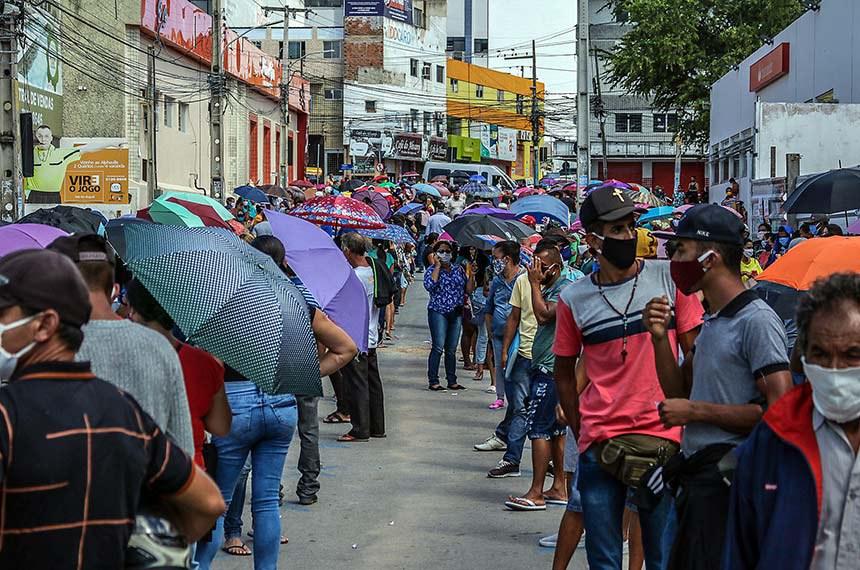 Fila para receber auxílio emergencial em Caruaru (PE): senadores preveem que aumento do desemprego vai exigir pagamentos de benefícios sociais