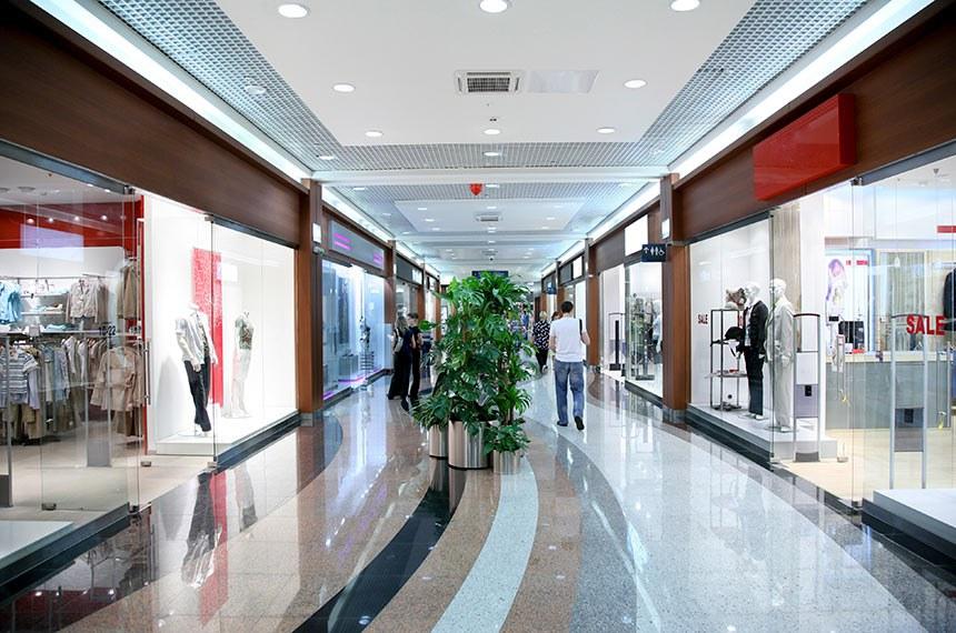 Corredor de lojas em centro comercial. Shopping Center