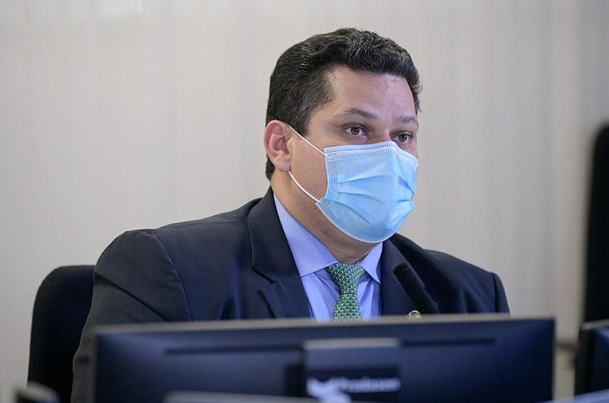Sessão Deliberativa Remota (SDR) do Senado Federal realizada a partir da sala de controle da Secretaria de Tecnologia da Informação (Prodasen). Ordem do dia.  Na pauta o PL 2.324/2020, que estabelece o uso compulsório pelo Sistema Único de Saúde (SUS) de leitos disponíveis na rede hospitalar particular para internação de pacientes com síndrome aguda respiratória grave ou com suspeita ou diagnóstico de covid-19. O segundo item é o PL 1.543/2020, que prorroga, por no mínimo um ano, o vencimento das operações de crédito rural exigíveis entre os dias 1º de março e 31 de dezembro de 2020. O último item pautado é o PL 2.178/2020, que dispõe sobre o transporte de cuidadores de pessoas com deficiência durante a pandemia da covid-19.  Presidente do Senado Federal, senador Davi Alcolumbre (DEM-AP) em pronunciamento.   Foto: Pedro França/Agência Senado
