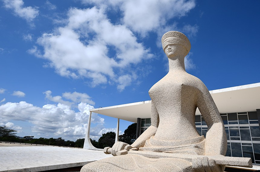 """Detalhe da escultura """"A Justiça"""", localizada em frente ao prédio do Supremo Tribunal Federal (STF), em Brasília.  A escultura foi feita em 1961 pelo artista plástico mineiro Alfredo Ceschiatti, em um bloco monolítico de granito de Petrópolis, medindo 3,3 metros de altura e 1,48 metros de largura e representa o poder judiciário como uma mulher com os olhos vendados e espada; os olhos vendados representam a imparcialidade da justiça e a espada representa a força, a coragem, a ordem e a regra necessárias para impor o direito.   Foto: Pedro França/Agência Senado"""
