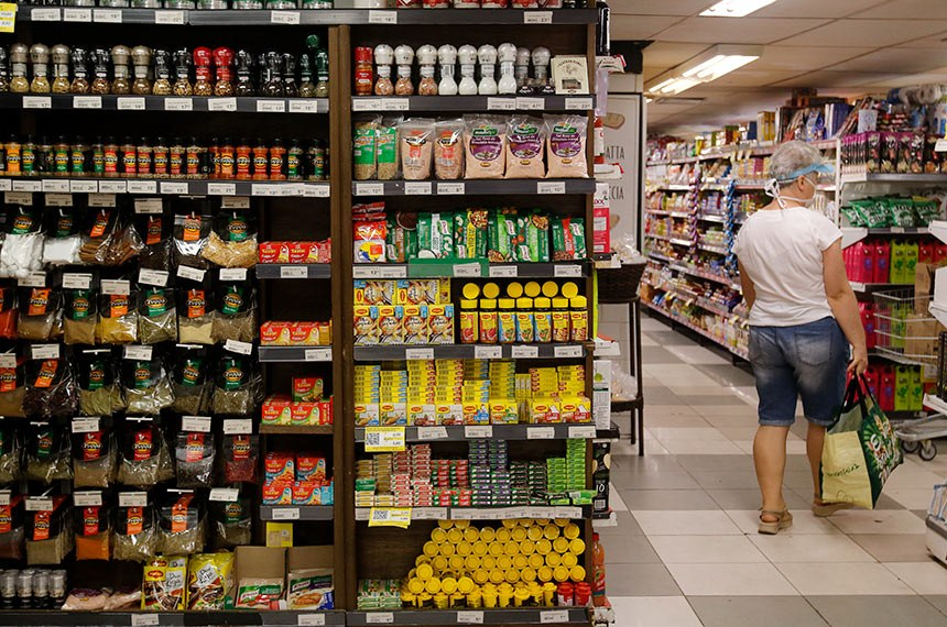 20.05.2020 Pessoas usam máscaras de proteção em supermercado na zona sul do Rio de Janeiro.