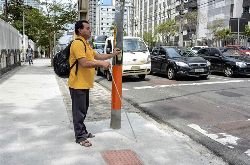 Semáforos para pedestres que aumentam o tempo de travessia para idosos e pessoas com deficiência estão passando por uma atualização. Curitiba, 27/11/2018. Foto: Levy Ferreira/SMCS