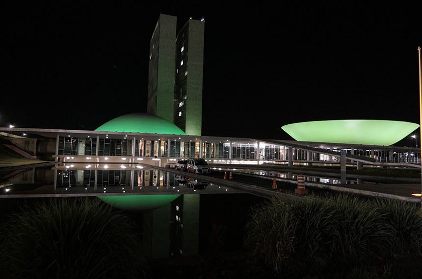 Congresso é iluminado de verde em alerta quanto ao câncer de cabeça e pescoço  Foto: Roque de Sá/Agência Senado